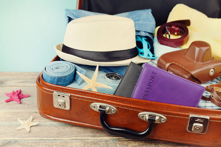 여름 휴가, 휴가, 여행 및 여행을위한 포장 된 빈티지 가방. 레트로 토닝. 스톡 콘텐츠