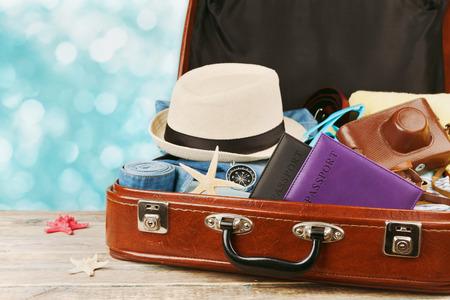 vestidos antiguos: Embalado maleta de la vendimia para las vacaciones de verano, vacaciones, viajes y viaje. tonificación retro. Foto de archivo