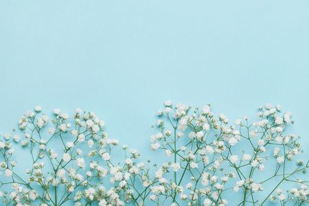 Bruiloft bloem frame op blauwe lijst van bovenaf. Plat stijl.
