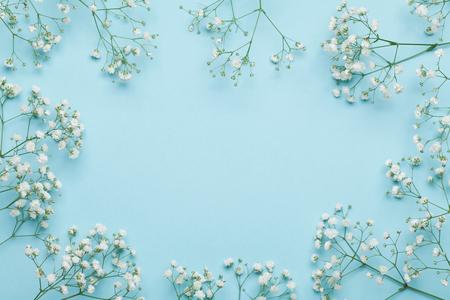 De bloemkader van het huwelijk op blauwe achtergrond van hierboven. Mooi bloemenpatroon. Vlakke lay-stijl. Stockfoto