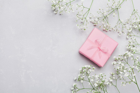 Gift of huidige doos en bloem op lichte lijst van hierboven. Wenskaart. Vlakke lay-stijl.