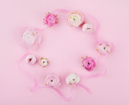 Mooie de lentebloem op roze bureau van hierboven voor huwelijksmodel of groetkaart op de dag van de vrouw. Bloemenlijst in vlakke lay-stijl.