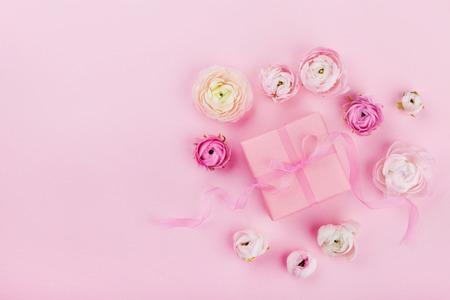 ギフトやプレゼント ボックス、上から結婚式のモックアップのピンクの机の上の美しい花やフラット レイアウト スタイルで梨花の日のグリーティ