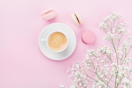 朝のコーヒー、ケーキ マカロン ピンク テーブル上面フラット レイアウト スタイルでの花のカップ。女性のための美しい朝食。 写真素材 - 74259413