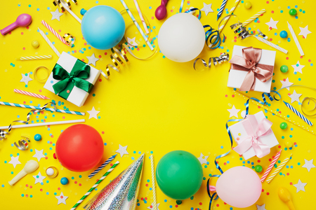 誕生日パーティーの背景やカラフルな気球、ギフト、紙吹雪、シルバー スター、カーニバル キャップ、お菓子やストリーマーをフレーム。フラット レイアウト スタイルです。コピー スペース付き休日チラシ。 写真素材 - 83573140