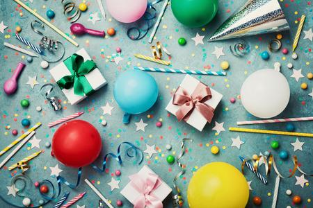 다채로운 풍선, 선물, 색종이 조각, 모자, 스타, 사탕 및 유영 생일 파티 배경. 플랫 레이 스타일. 축제 인사말 카드입니다.