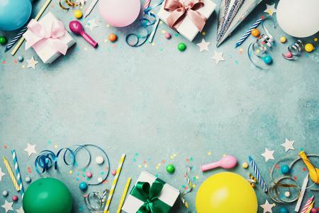 Verjaardagsfeestje banner of achtergrond met kleurrijke ballon, cadeau, carnaval cap, confetti, snoep en streamer. Vlakke lay-stijl. Ruimte voor begroetingstekst kopiëren.