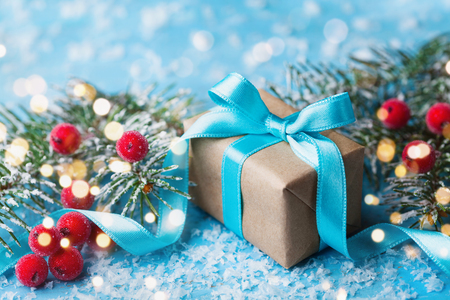 Pudełko lub prezent i śnieżna jodła na kartkę z życzeniami świątecznymi. Efekt bokeh.