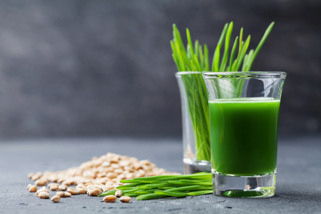 Natural wheat grass juice. Detox, diet and superfood concept. Stockfoto