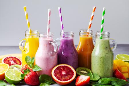 夏季彩色水果冰沙在罐子与配料。健康、排毒、减肥的食品理念。