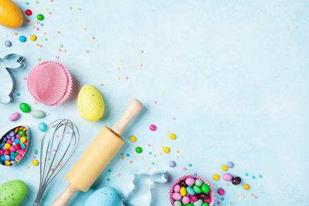 Ostern-Backenhintergrund mit Küchenwerkzeugen für Draufsicht der süßen Bäckerei des Feiertags. Flach liegen.