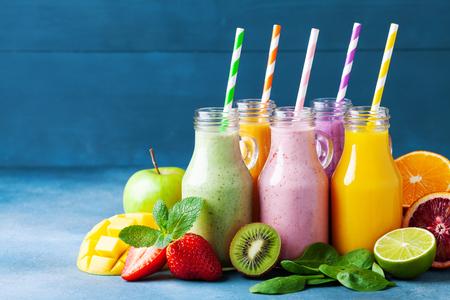 Frullati di frutta colorati estivi in barattoli con ingredienti. Concetto di cibo sano, disintossicante e dietetico.