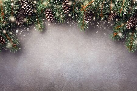 Christmas winter background. Fir tree branches with cones top view. Snow effect. Imagens - 131241342