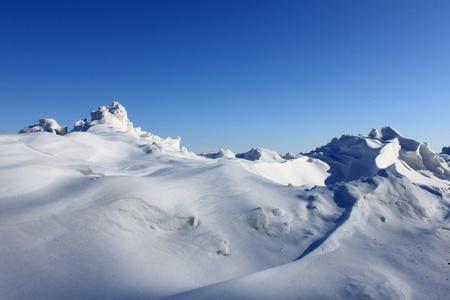 schnee textur: Sch�ne Schneewehe gegen den blauen Himmel