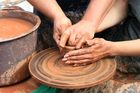 alfarero: manos de un alfarero Foto de archivo