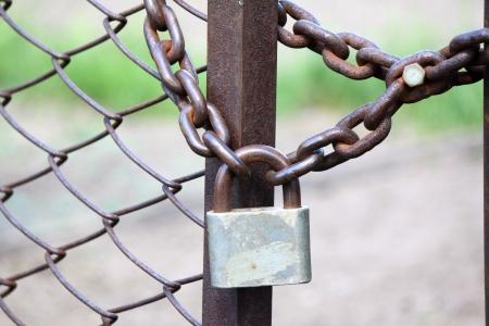 Lock on a chain link security fence 版權商用圖片 - 19664963