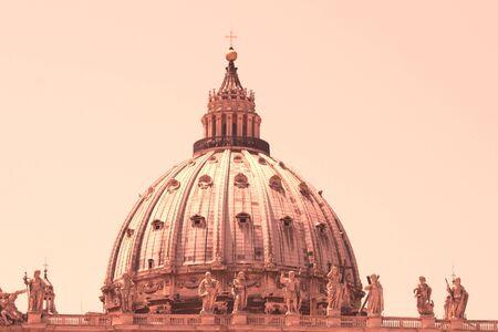 Petersdom auf dem Petersplatz, Vatikanstadt. Vatikanisches Museum, Rom, Italien.