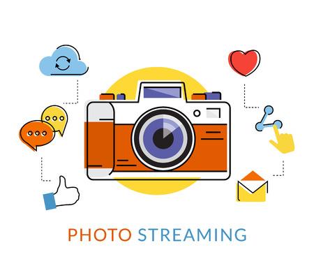 medios de comunicación social: Ilustración de contorno plano de la cámara retro con iconos de medios sociales aislados en blanco