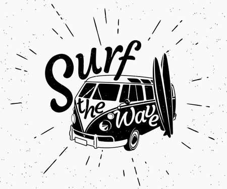 vague: Noir de grunge et r�tro illustration blanche de bus de surfer avec deux planches de surf et de surfer sur le texte d'onde sur la voiture. Hipster �tiquette isol� sur fond blanc. Illustration