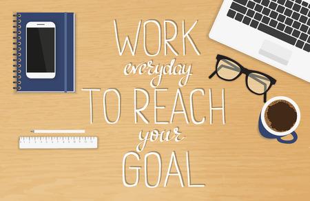 drewno: Pracować codziennie, aby osiągnąć swój cel motywacyjny i inspirującą ręcznie nagłówek. Odręczne liternictwo cytat na realistyczne stacjonarnego biura widoku z góry z laptopem, pamiętnik i smartphone
