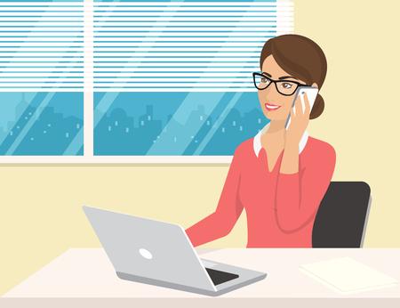 Zakelijke vrouw draagt een roze shirt zitten in het kantoor en praten door mobiel. Flat illustratie van de mensen uit het bedrijfsleven op het werk bureau