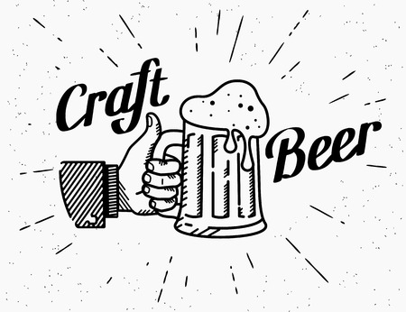 Thumbs up symbool icoon met ambachtelijke bier mok. Retro ouderwetse illustratie van de menselijke hand houdt bierglas met handgeschreven letters tekst op grunge geweven achtergrond en zonnestraalstralen