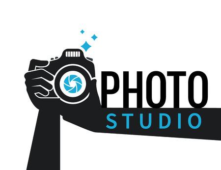 El fotógrafo manos con el icono de la cámara o el logotipo de la plantilla. Ilustración plana de la cámara de imagen lente macro fotografía con flash y texto foto ideales Logos