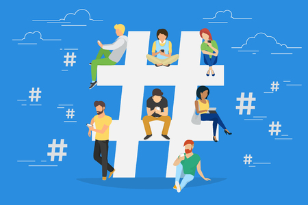 Hashtag koncepcji ilustracji młodych ludzi korzystających z telefonów różnych gadżetów, takich jak tablet PC i smartphone na hashtagami udostępnianie za pośrednictwem Internetu. Płaska konstrukcja z mężczyznami i kobietami w pobliżu duży symbol hashtag Ilustracje wektorowe