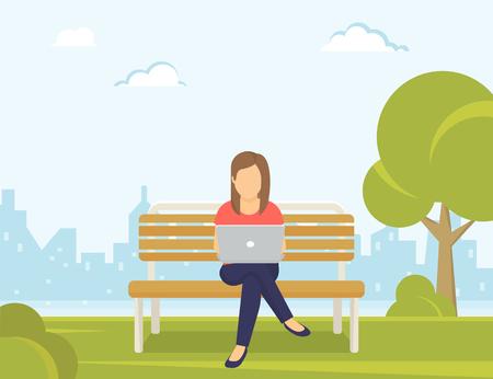 usando computadora: Joven mujer sentada en el parque en el banco y el trabajo con ordenador portátil. Ilustración moderna plana de las redes sociales y mensajes de texto a amigos