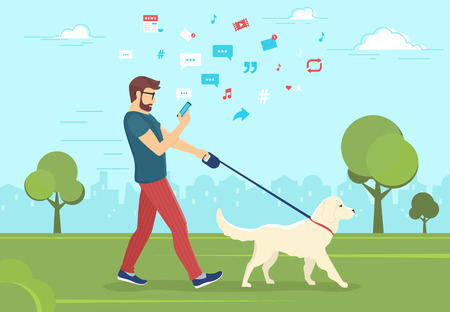 Bemannen Sie mit Hund draußen gehen in Park und Smartphone verwenden, um Nachrichten zu lesen