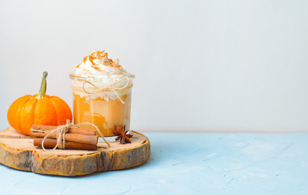 Pumpkin Spice Latte, Coffee, Milkshake or Smoothie with Whipped Cream and Cinnamon, Fall Drink Standard-Bild