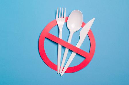 Di no a los cubiertos de plástico, la contaminación plástica y el concepto de protección del medio ambiente, vista superior