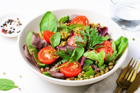 Mungobohnen-Kirsch-Tomaten-Salat in einer Schüssel, leckeres vegetarisches Essen