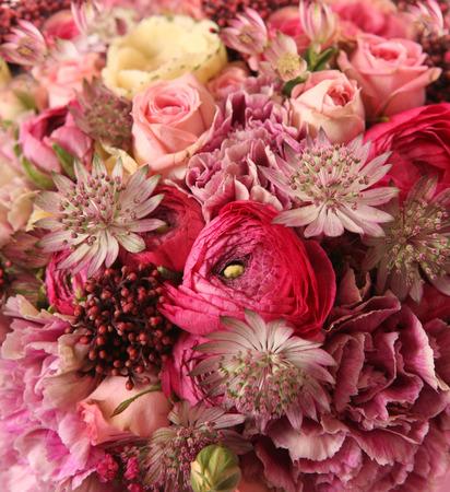 arreglo floral: primer plano de ramo de la boda con Astrantia, Skimma, Brassica, rosal, Ranunculus asiaticus, clavo de olor,