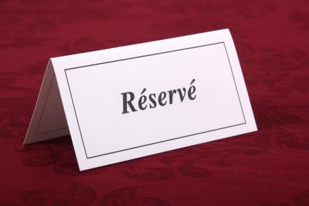 lettre: carton de r�servation sur la table