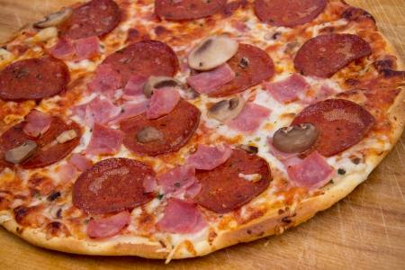 Pepperoni y jamón de pizza Foto de archivo - 23296530