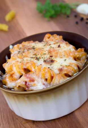 rotini: rotini gratinado de pasta espiral en la mesa