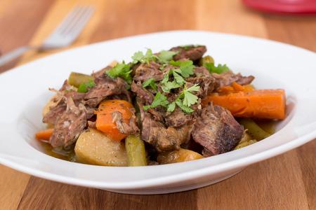 テーブル上の野菜の煮込み牛肉ポット ロースト シチュー 写真素材 - 36244190