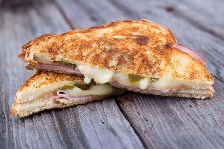 bocadillo: jamón y del queso en la mesa de madera rústica