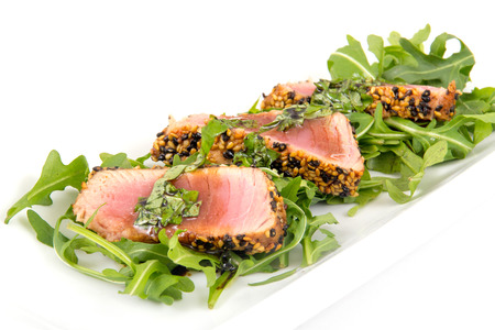 tuna tataki sesame crust appetizer plate over wood backgroung Imagens