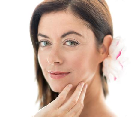 mujeres hermosas: retrato de una bella dama madura que toca su cara