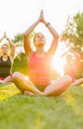 horizontale detail van een groep vrouwen doet yoga buitenshuis Stockfoto