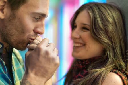 casal heterossexual: Casal heterossexual atraente beijando em Montreal Banco de Imagens