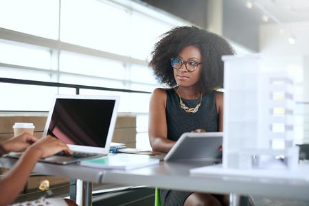 communicatie: Paar van het bedrijfsleven collega's samen te werken aan een project in een heldere glazen kantoor Stockfoto