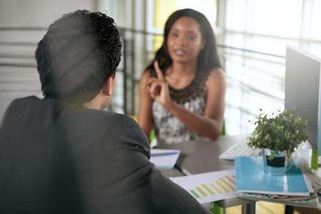 enojo: mujer de negocios jefe que da órdenes a un empleado durante el conflicto trabajo aa Foto de archivo