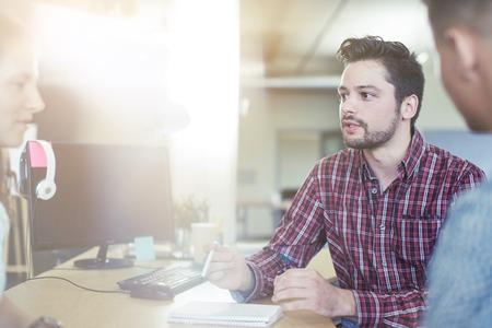 Candid beeld van een bedrijf team samenwerkende. serie gefilterd met lichtkogels en koele tinten. Stockfoto