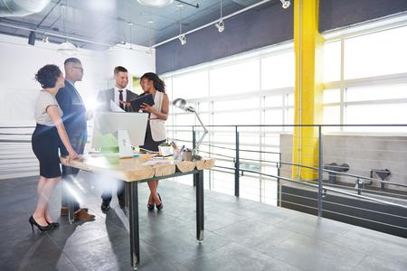 hombres trabajando: franca foto de un grupo de hombres de negocios corporativo discusión de estrategias de ajuste en el interior Profesional.