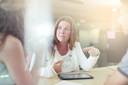 ビジネス チーム コラボレーションの率直な画像。光フレアとクールなトーン フィルター セリエ。