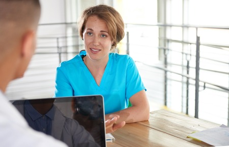 Team van arts en verpleegkundige hard aan het werk om de zorg voor hun patiënten en het gebruik van technologie om hun bestanden en resultaten te analyseren