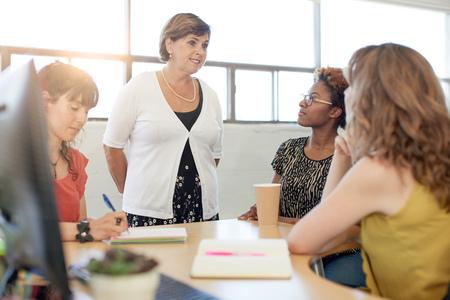 Image saisie sur le vif d'un patron et l'équipe d'affaires collaborateur féminin. Filtré série avec des fusées lumineuses, bokeh, tons chauds et ensoleillés. Banque d'images
